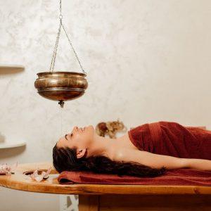 Soin shirodhara ayurvédique pour apaiser le stress - Krystine St-Laurent v2